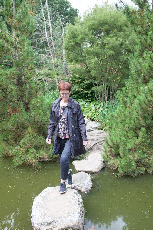 Lene på sti i Birkegårdens Haver