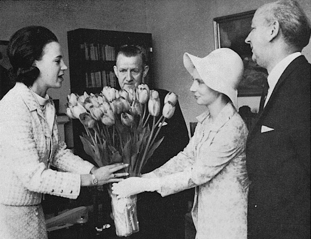 Prinsesse Benedikte modtager tulipanbuket