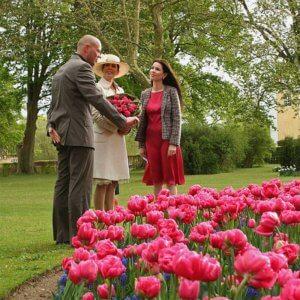 Kronprinsesse Mary ser tulipanbed på Gavnø