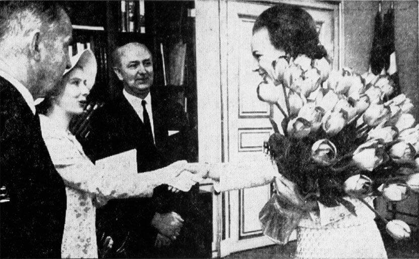 Prinsesse Benedikte modtager tulipaner 1969